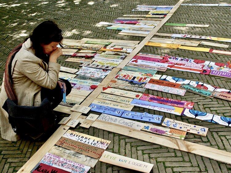 Namen en nummers - vrouw knielt bij plattegrond